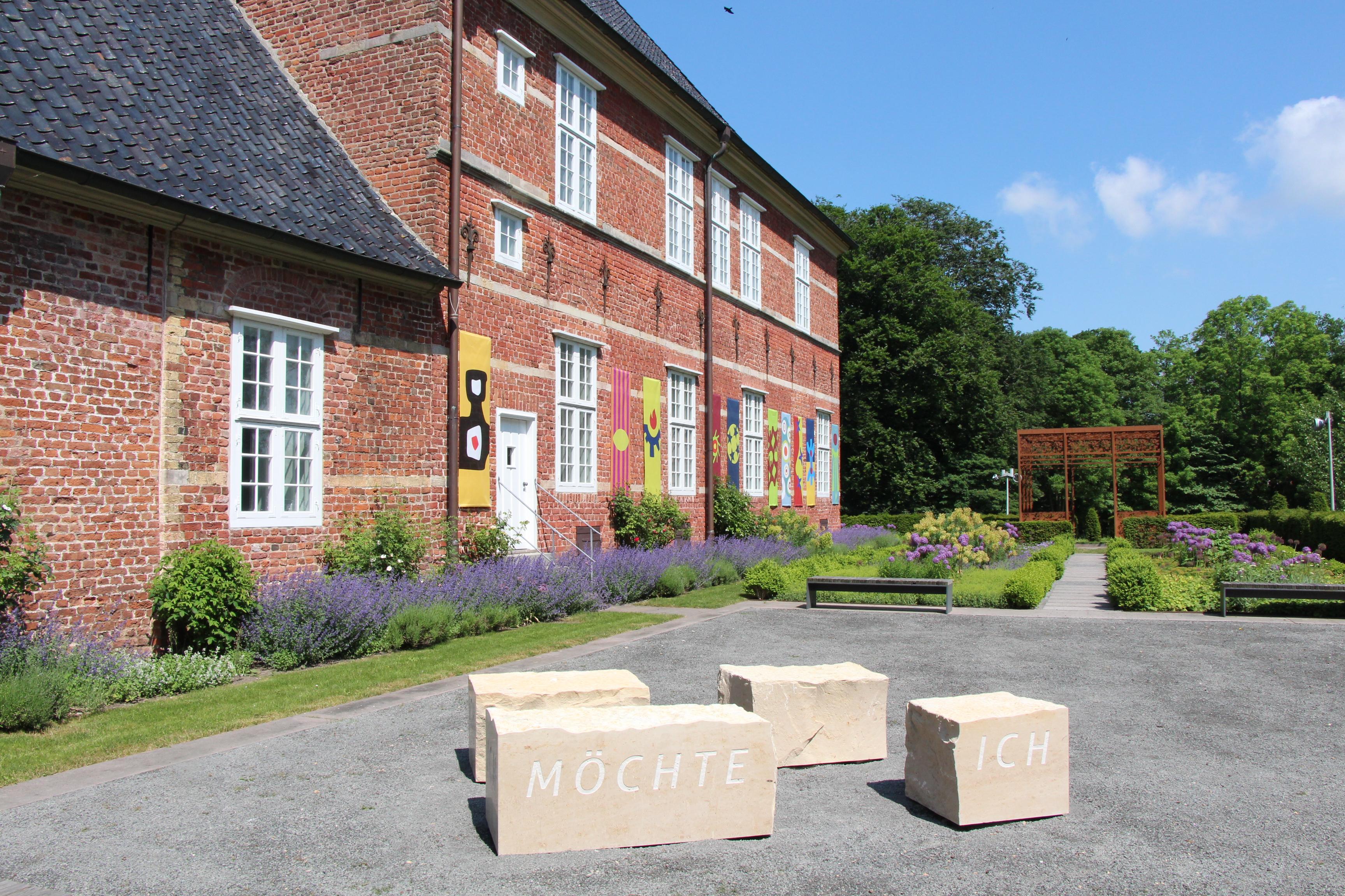 Herzoginnengarten_mit Denkmal an Franziska zu Reventlow
