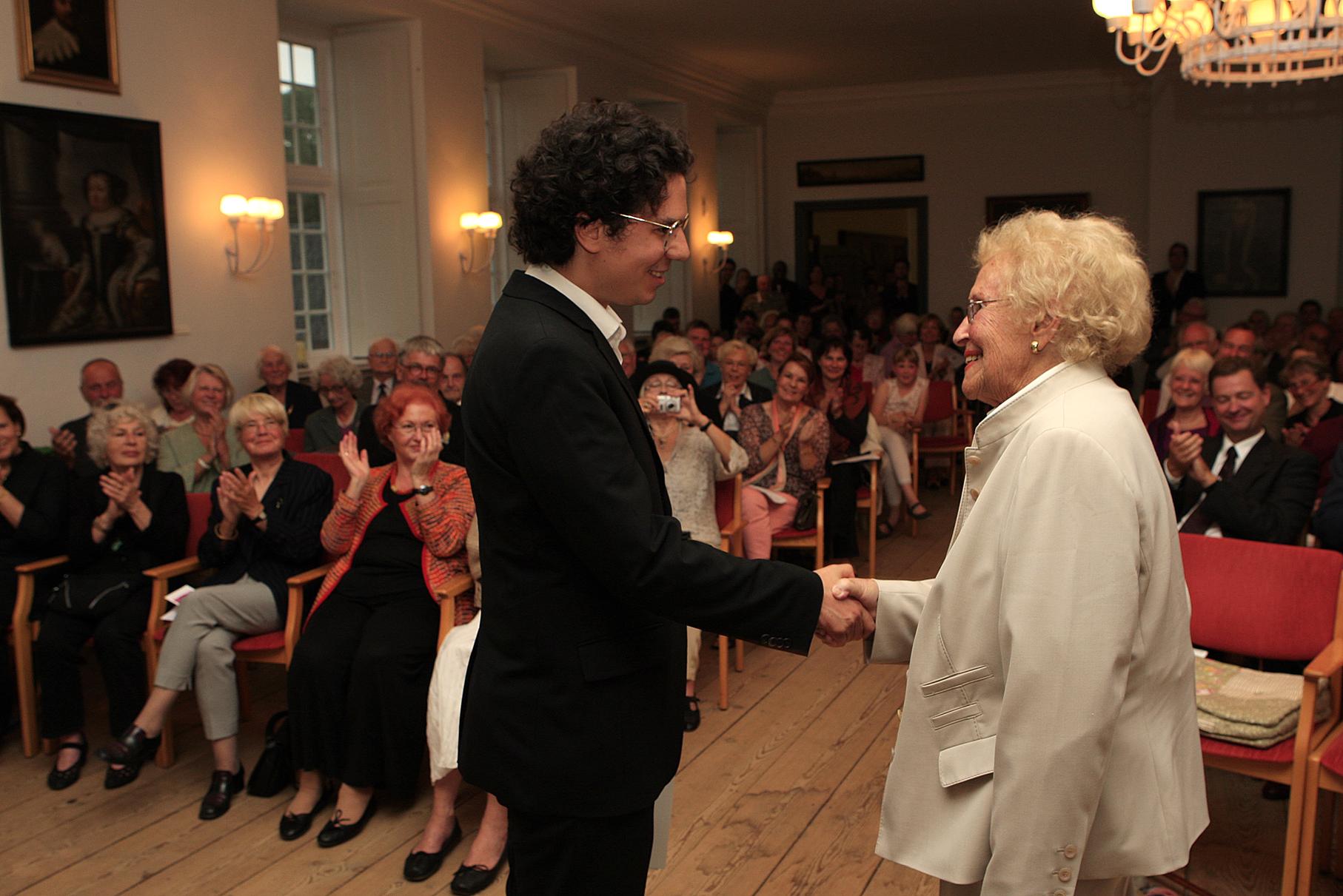 Hilde Zadek gratuliert Sascha El Mouissi